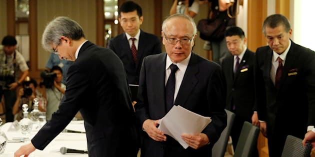 Tetsuo Yukioka, diretor da Universidade de Medicina de Tóquio; e Keisuke Miyazawa, vice-presidente da instituição.