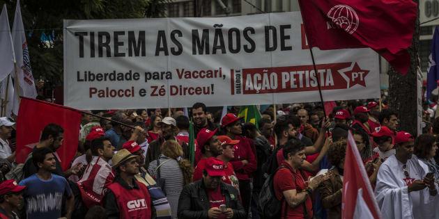Grupos de apoio a Lula tacham de fascistas aqueles que querem a condenação de petistas envolvidos em corrupção.