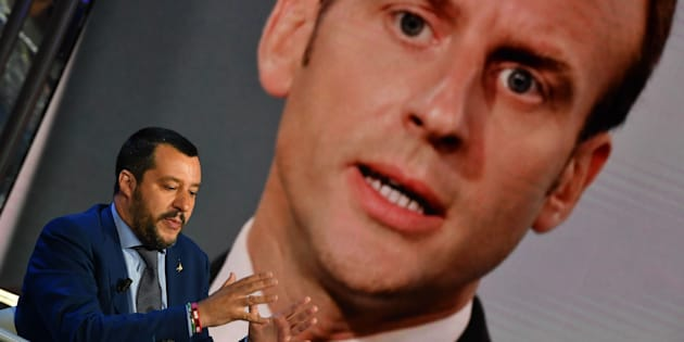 Le ministre de l'Intérieur Matteo Salvini durant l'émission 'Porta a Porta', sur la Rai, avec une photo d'Emmanuel Macron en arrière-plan, le 20 juin 2018 à Rome.