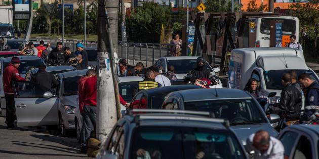 Motoristas e motociclistas formam fila para abastecer em posto de São Paulo, nesta terça-feira (29).