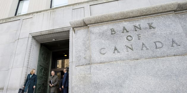 Senior deputy governor Carolyn Wilkins and Governor Stephen Poloz leave the Bank of Canada building for a press conference in Ottawa on Oct. 24, 2018.