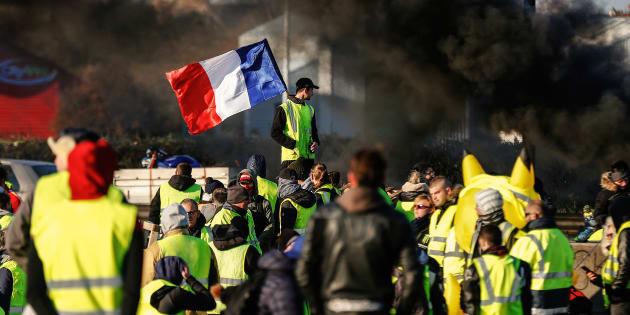 Malgré le discours d'Emmanuel Macron, la popularité des gilets jaunes se renforce dans l'opinion française.