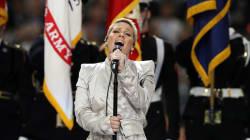 Qu'a fait Pink avec sa gomme avant l'hymne national du Super