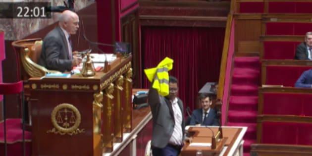 Le député de La Réunion Jean-Hugues Ratenon, brandissant un gilet jaune à la tribune de l'Assemblée nationale.