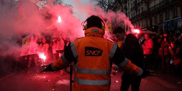 """Cheminots: les syndicats accusent la direction de la SNCF de """"mensonge"""" sur le droit de grève."""