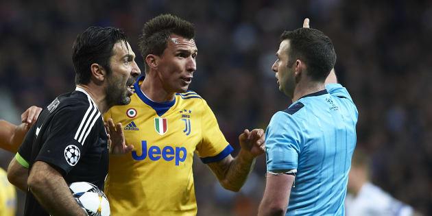 Gianluigi Buffon et Mario Mandzukic face à l'arbitre Michael Oliver lors de Real Madrid-Juventus le 11 avril 2018.