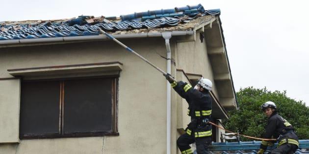地震の影響で破損した住宅の屋根=6月18日午前、大阪府茨木市