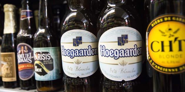 Botellas de la cerveza Hoegaarden.