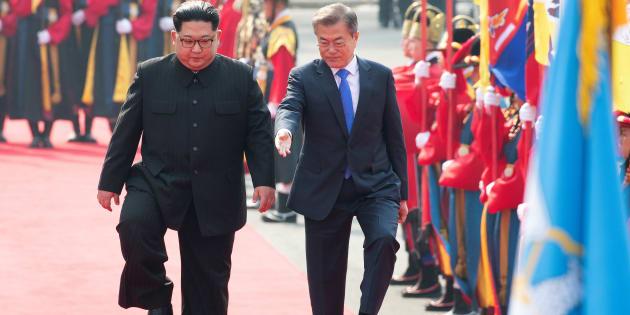 並んで歩く金正恩委員長(左)と文在寅大統領(4月27日撮影)