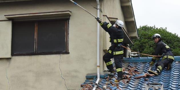 地震の影響で破損した住宅の屋根=18日午前、大阪府茨木市