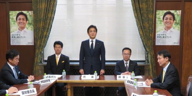 希望の党役員会であいさつする玉木雄一郎代表(中央)=25日、国会内