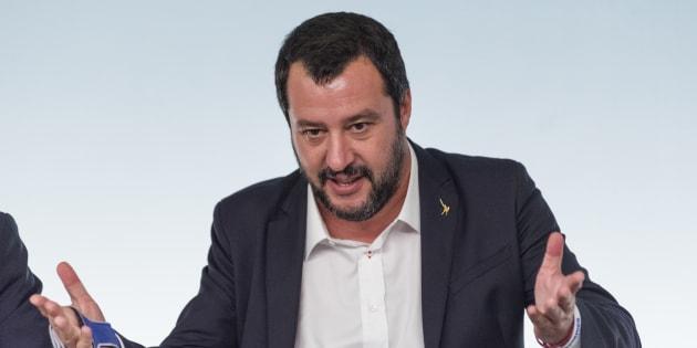 """Il """"compagno trend"""" bacia Salvini"""