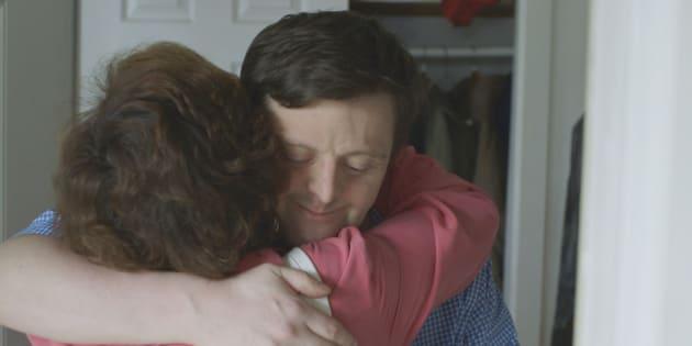 ハグを交わす、ジェイソンと母親のエイミー