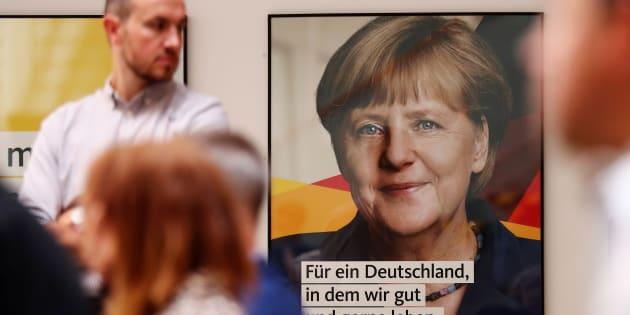 メルケル首相の写真を掲げる「キリスト教民主・社会同盟(CDU・CSU)」のポスター=2017年8月、ベルリン