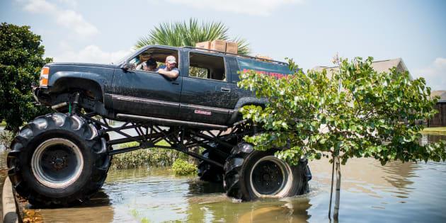 """Harvey: les """"mega-trucks"""", emblématiques camions américains, au secours des victimes de la tempête"""