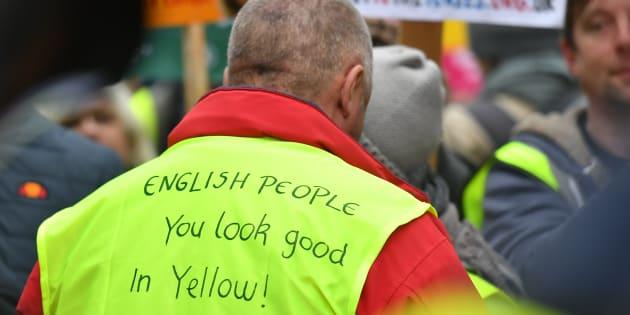 """""""Chers Anglais, le jaune vous va à ravir"""", était-il écrit sur le gilet jaune de ce manifestant."""