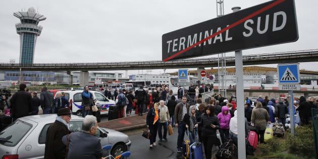 Les passagers de l'aéroport d'Orly après qu'une attaque et des tirs aient eu lieu le 18 mars 2017.
