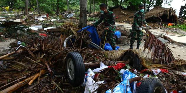 Des soldats recherchent des victimes et d'éventuels survivants après le tsunami qui a frappé l'Indonésie le 22 décembre.