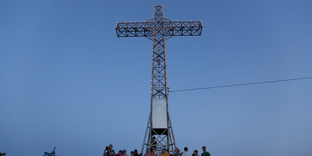 Des résidants réunis au pied de la croix, le 6 juillet 2013