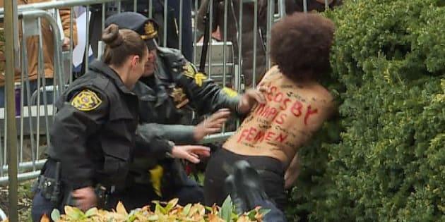 Procès Bill Cosby: sur la route du tribunal, l'acteur accusé de viol, s'est retrouvé face à une Femen