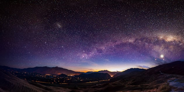 Vista de Queenstown, Nueva Zelanda, con la Vía Lactea.