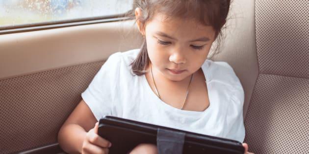Pour éduquer leurs enfants sur la sécurité en ligne, les parents doivent avant tout montrer l'exemple.