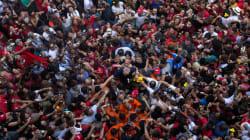 Les incroyables images de Lula porté par la foule avant son