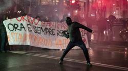 Scene di guerriglia urbana a Torino, corteo antifascista tenta di raggiungere comizio di