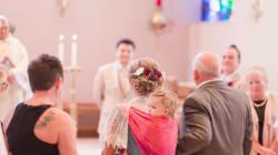 Esta novia se casa con su hija cargada a la espalda y las fotos son