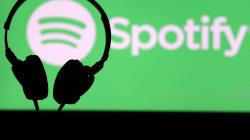 Sous la pression d'utilisateurs, Spotify supprime des épisodes d'un podcast du complotiste Alex