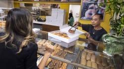 馴染みの店の奥さんが病気に→早くお店閉められるようにお客たちが爆買いして助ける
