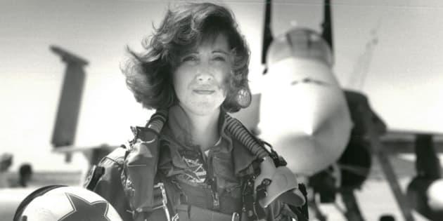 Tammie Jo Shults frente a un F/A-18A en una foto de 1992