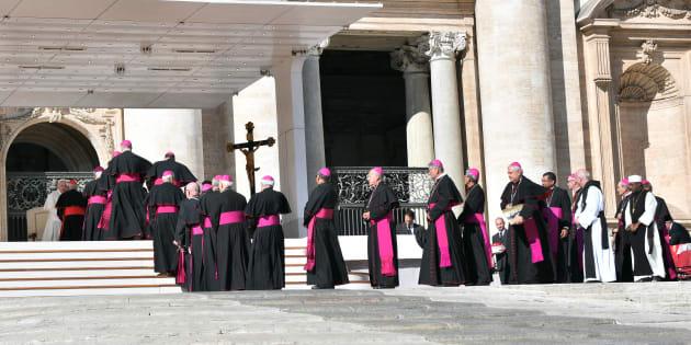 11/10/2017 Citta' del Vaticano. Piazza San Pietro. Udienza generale del mercoledi'. Nella foto papa Francesco saluta i Cardinali e Vescovi