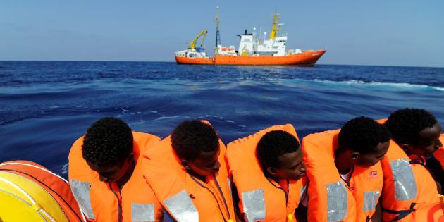 Des migrants secourus par l'Aquarius au large des côtes lybiennes, vendredi 10 août