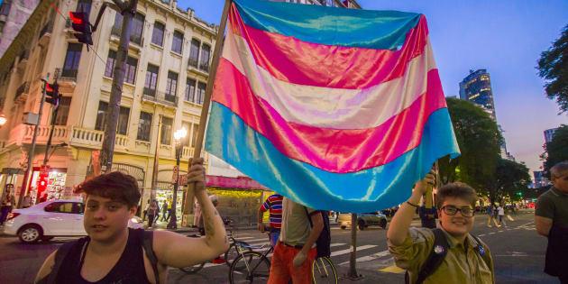 """Ativistas trans marcham no centro de São Paulo, em 1 de junho, na primeira """"Marcha do Orgulho Trans"""" da cidade."""