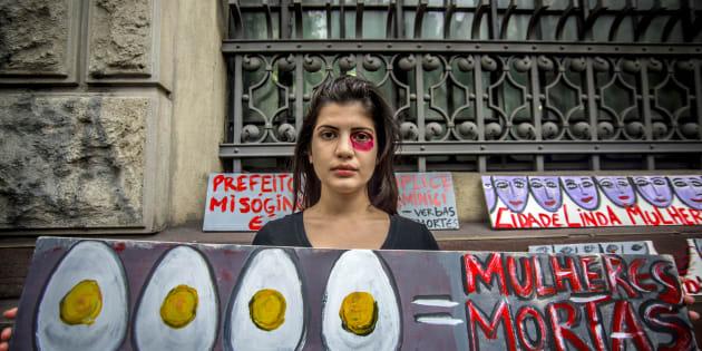 Manifestante protesta em São Paulo contra violência contra mulheres.