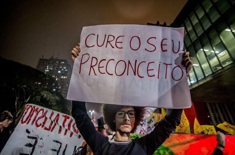 """Manifestantes protestam na Avenida Paulista, em São Paulo, contra projeto que visa autorizar a """"cura gay""""."""