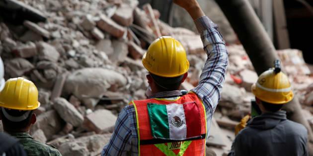 Un secouriste à Mexico, le 22 septembre.