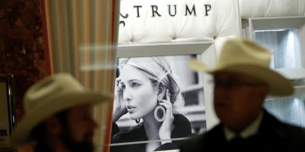 Unos transeúntes pasan ante la tienda de Ivanka Trump en la torre de su padre en Nueva York.