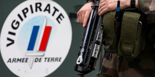 Un soldat français à Vincennes, dans le cadre du plan Vigipirate, juillet 2016.   REUTERS/Ian Langsdon/Pool