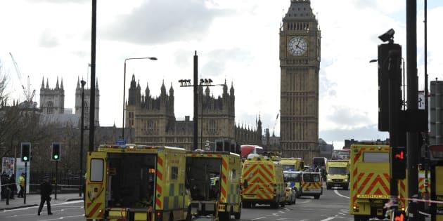 Le pont de Westminster bouclé après l'attaque terroriste à Londres le 22 mars 2017.