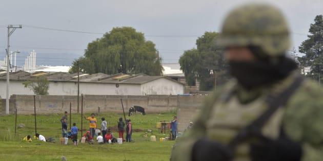 Huachicoleros cavaron en uno de los ductos de PEMEX en Toluca, provocando derrame de combustible.
