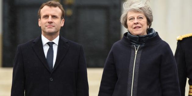 """Patto di frontiera. Macron May firmano il """"trattato di Sandhurst"""" sui migranti di Calais"""