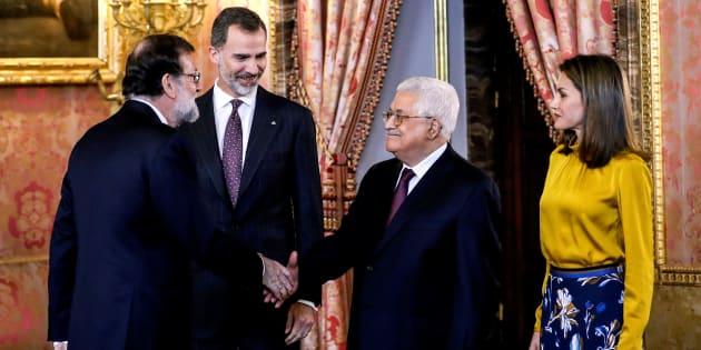 El presidente palestino, Mahmud Abbas, saluda al presidente del gobierno español, Mariano Rajoy, en presencia de los reyes Felipe y Letizia, antes del almuerzo ofrecido en su honor en el Palacio Real de Madrid.