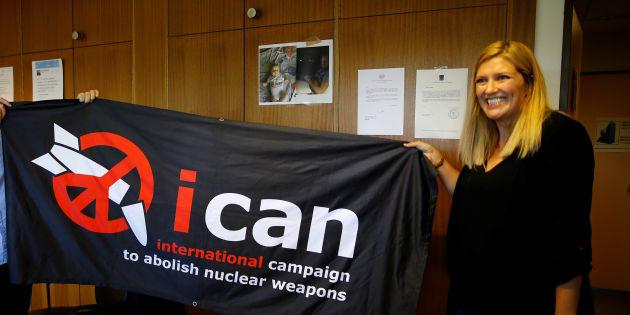 スイス・ジュネーブで、ノーベル平和賞の受賞が発表され、団体のロゴが入った横断幕を見せる反核団体「核兵器廃絶国際キャンペーン(ICAN)」のビアトリス・フィン事務局長=2017年10月6日撮影