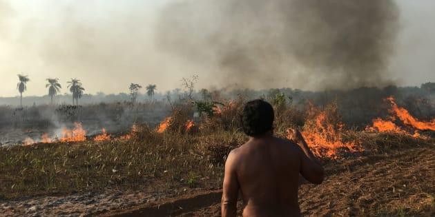 Queimada no entorno da aldeia Piyulaga surpreendeu filmagens de 'Fogo na Floresta'.