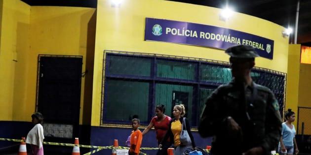 Un militaire patrouille devant le centre de contrôle de la ville de Pacaraima, à la frontière avec le Venezuela.