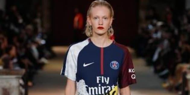 La marque française KOCHÉ a présenté des maillots du PSG revisités.