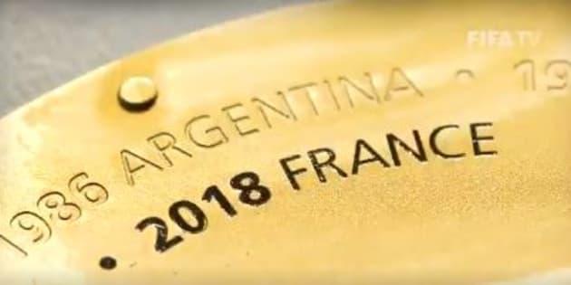 Comme le veut la tradition, l'équipe de France et l'année de victoire est gravée sur la plaque ronde sous la coupe du monde aux côtés des autres pays vainqueurs de la compétition.