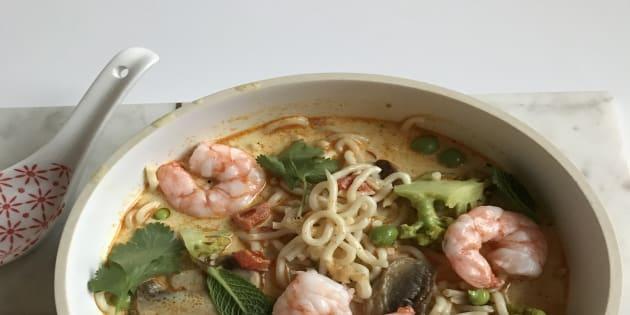 Ma recette, vite fait, bien fait, de la soupe de nouilles aux crevettes et curry rouge.